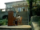 """кадр из фильма """"неоконченная пьеса для механического пианино"""""""