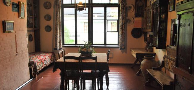 Столовая оформлена как музей прикладного искусства и народного творчества